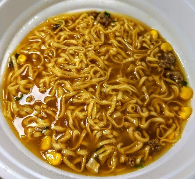 お椀で食べるカップヌードル味噌の画像