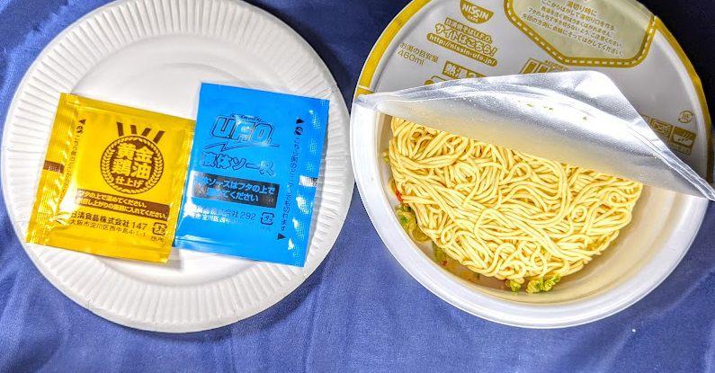 日清焼そばU.F.O(黄金鶏油 鶏ネギ塩焼そば)の液体ソースと黄金醤油の袋の画像
